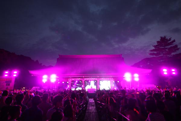 星空のもと、きゃりーのサプライズの登場に5,200人が大歓声!