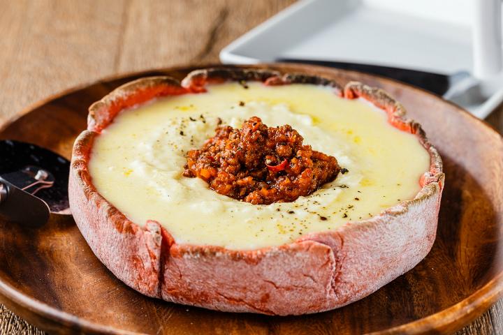 濃厚なチーズ料理とド迫力のお肉を味わえる専門店 新宿にオープン
