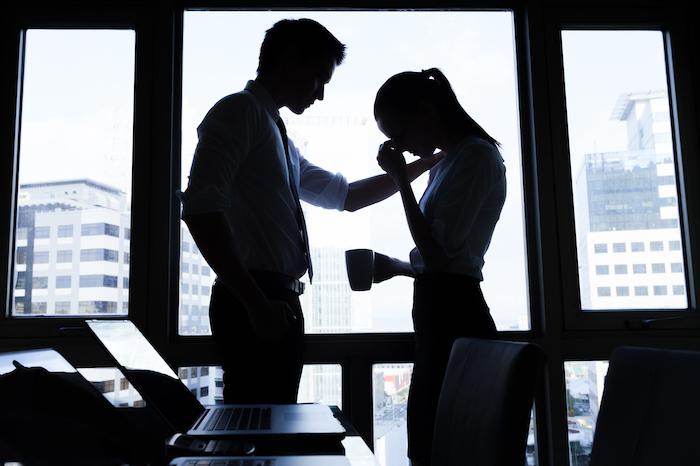 社内の人に彼との関係がバレた!職場恋愛がバレたときの対処法って?