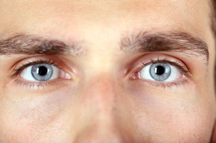 これって良いサイン?男性が目を見開く心理とは?