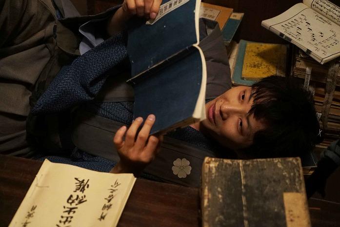 本に埋もれるサムライ姿にキュン♡ 星野源主演の映画『引っ越し大名!』から最新画像が公開に