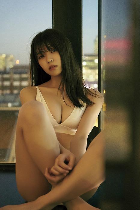 実は人生初ビキニ!?欅坂46・小林由依1st写真集、先行カット公開!