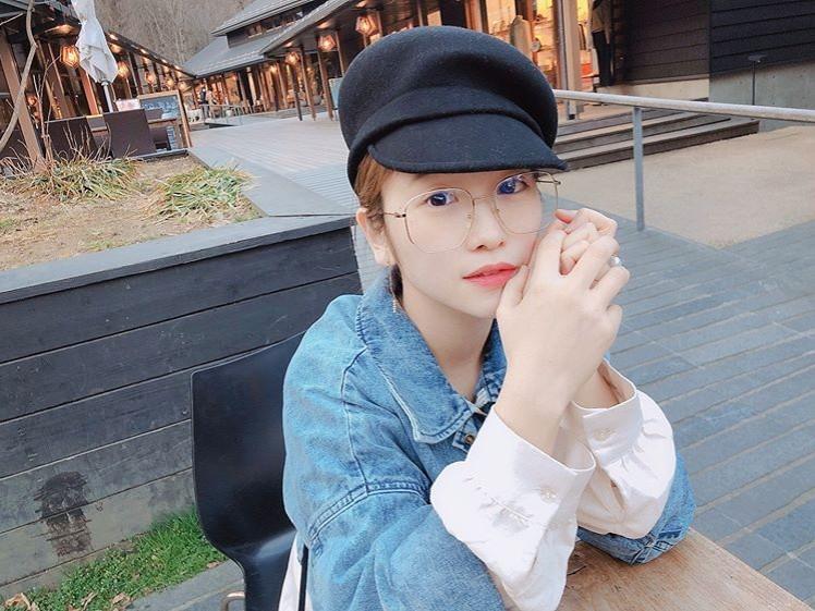 川栄李奈、眼鏡&キャスケットの休日コーデに反響「別人!」