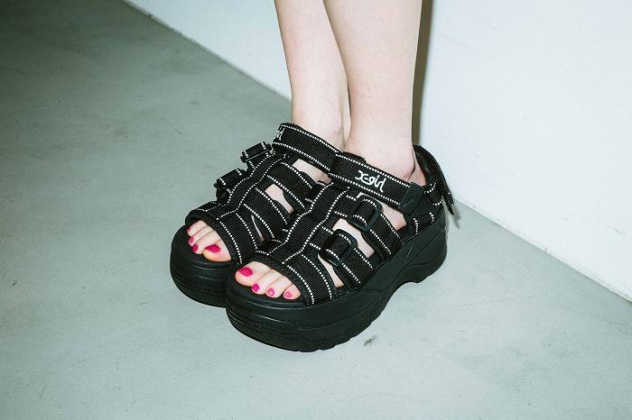 これ1足で今季のトレンドスタイルが完成♪X-girl×SHAKAのダッドソールサンダル