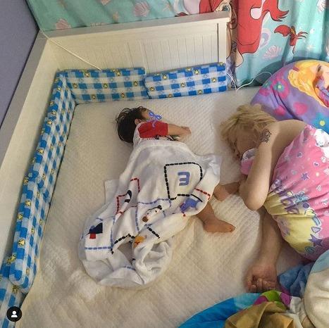 ぺこの愛あふれる記念日投稿に反響!りゅうちぇる&愛息子の幸せ添い寝写真公開
