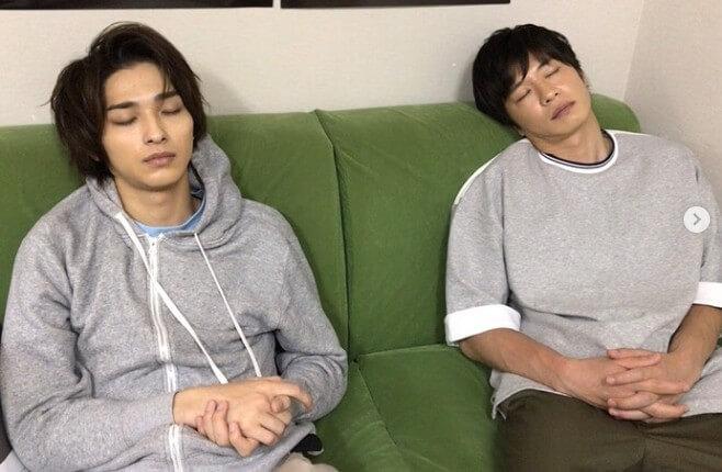 田中圭&横浜流星  お昼寝2ショットに反響「二人まとめて可愛すぎる」「兄弟みたい」