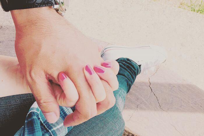 ふいに手をつないできた彼にドキドキ…♡付き合ってないのに手を握る男性心理と本音とは