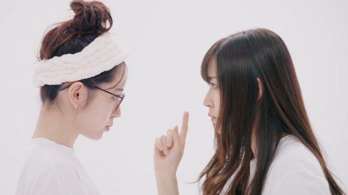 鈴木愛理が1人2役に挑戦!おうちメガネ姿が可愛い新WEBムービーが公開に