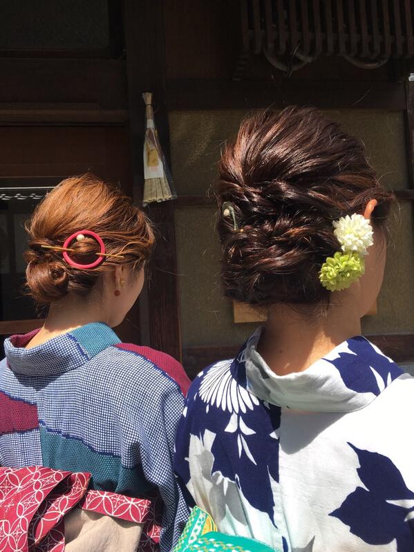 髪飾りの二人の女性