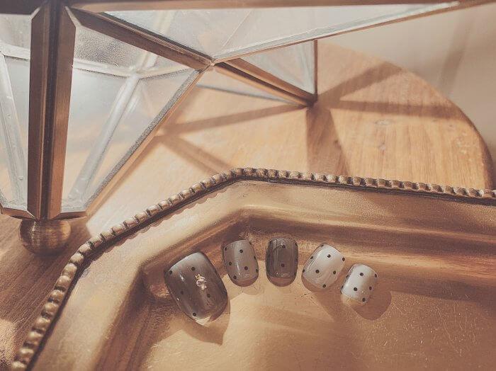 ドット柄の付け爪の画像