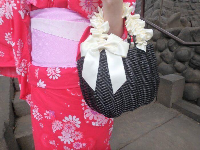 リボンの持ち手のカゴバッグ