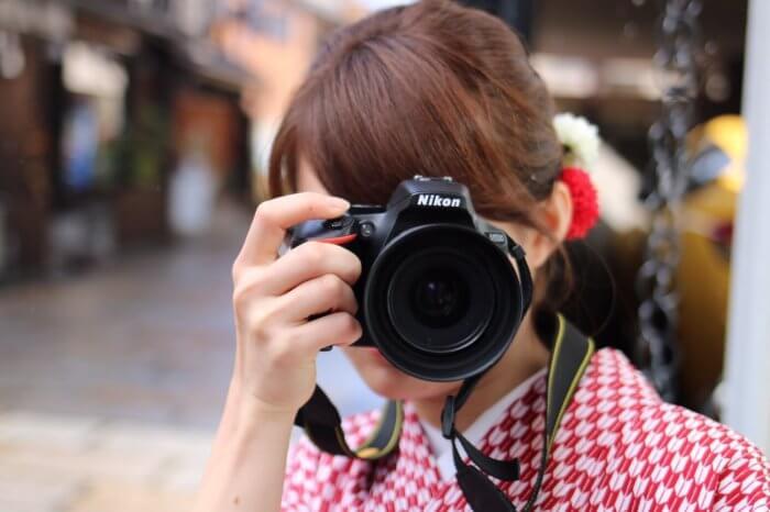 エモい写真を撮るレトロな雰囲気の女性