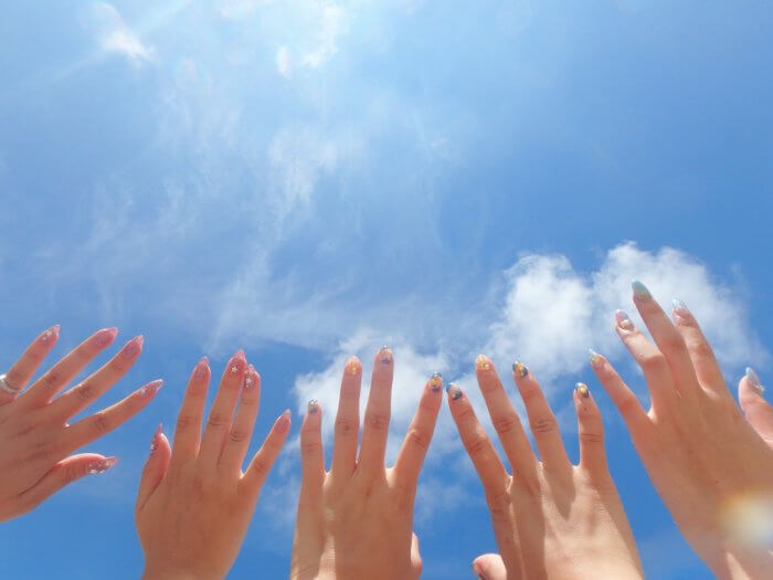 空に手をかざしている