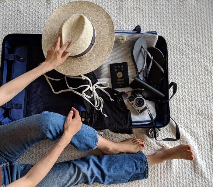 旅支度をする女性