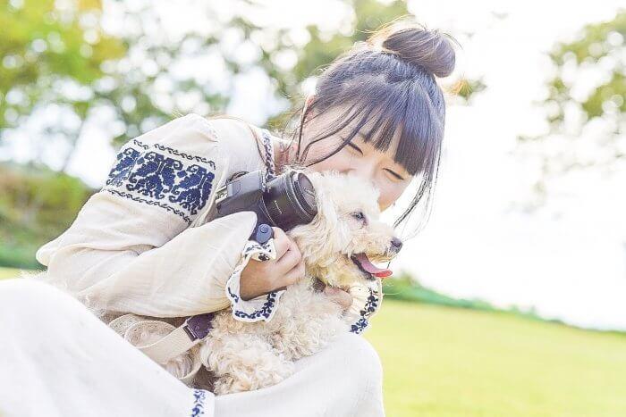 犬に抱き着く女性