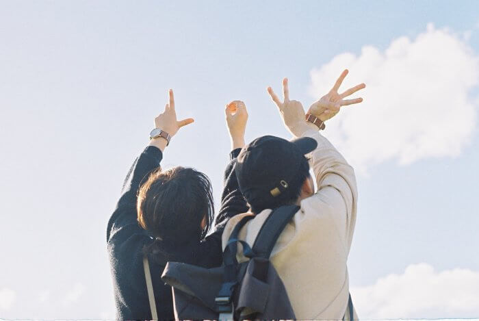 青空を見上げるカップル