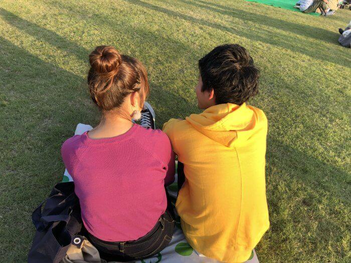 芝生公園でデートをするカップル