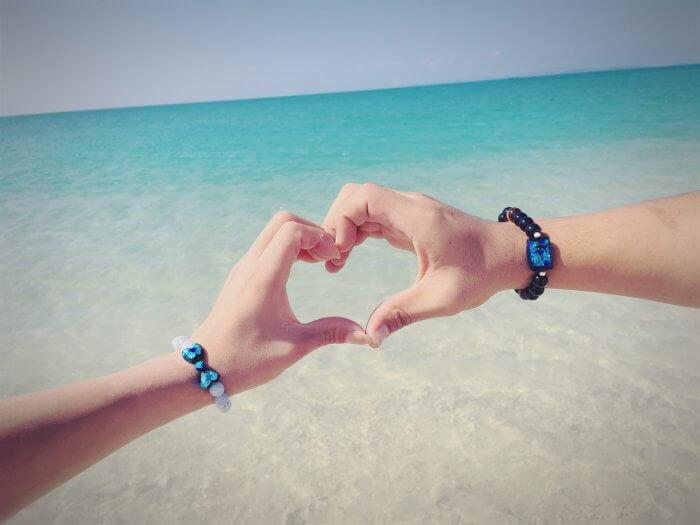 海で手を合わせる人