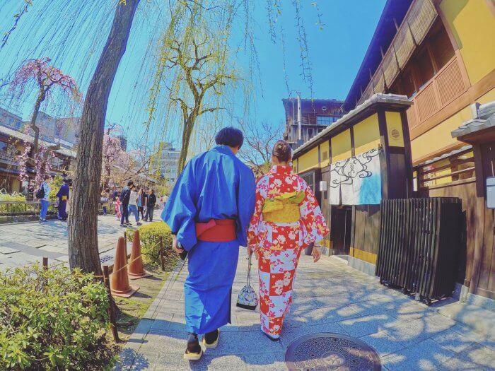 浴衣で歩くカップル