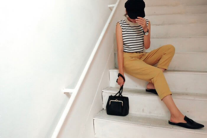 階段に座るおしゃれな女性