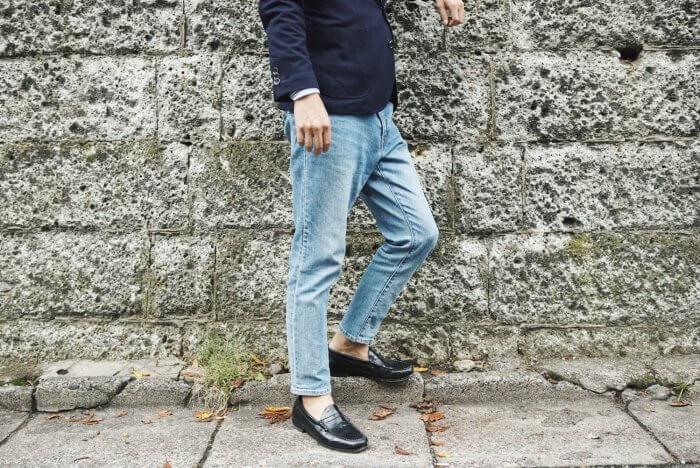 革靴を履いた男性の足元