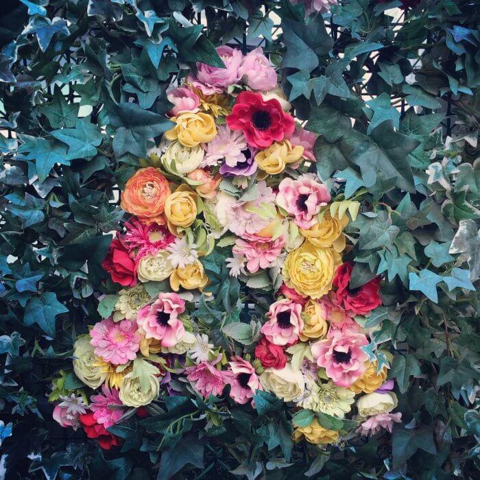花で作ったAの文字