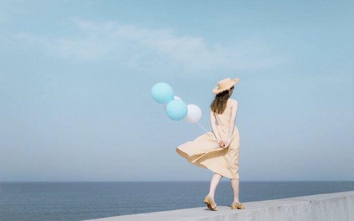 風船を持って歩く女性