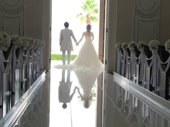 結婚をするカップル