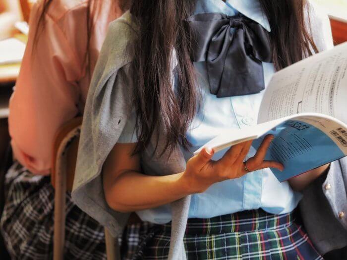勉強している女子高校生