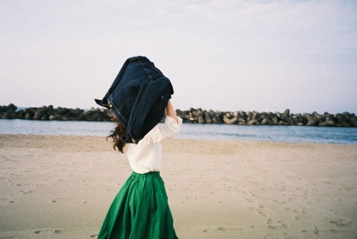 白シャツに緑のスカートを履いたおしゃれ女子
