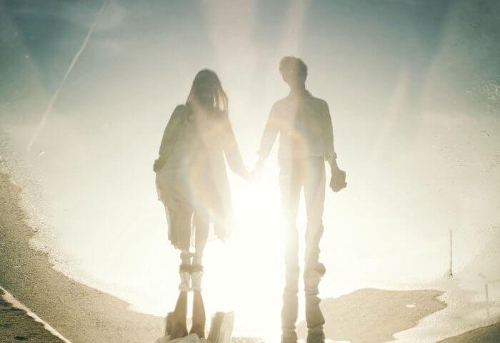手をつないだカップルの影