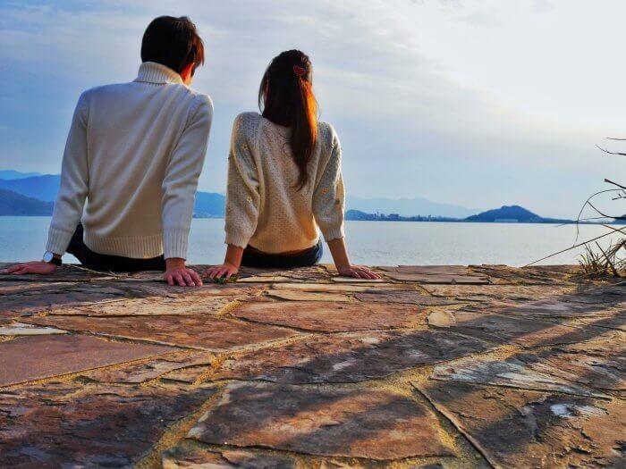 海辺に座る男女