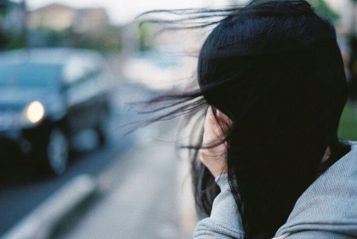 黒髪の女性の横顔