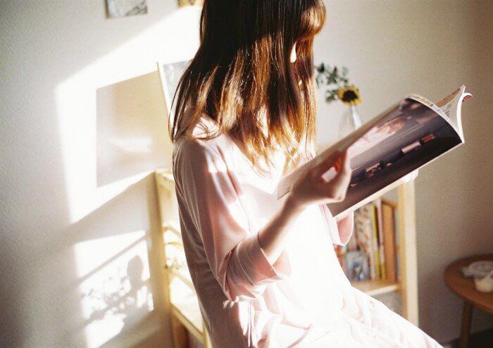 雑誌を読んで勉強する女性