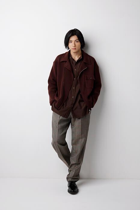 山田裕貫_ロン毛_黒いジャケットにチノパン_インタビュー02