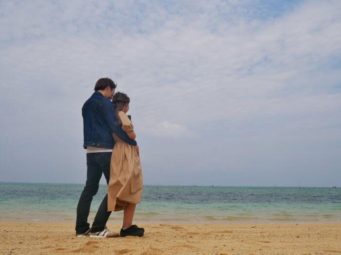 海辺に立つカップル