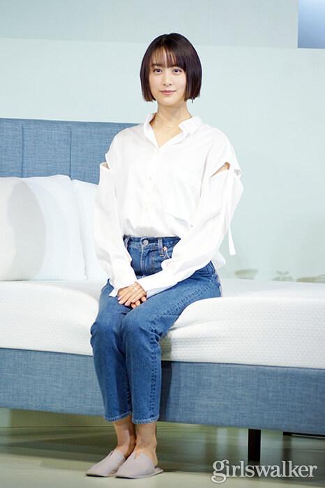山本美月ZINUSアンバサダー発表会_白シャツ&デニムを着用_ボブヘアスタイル02