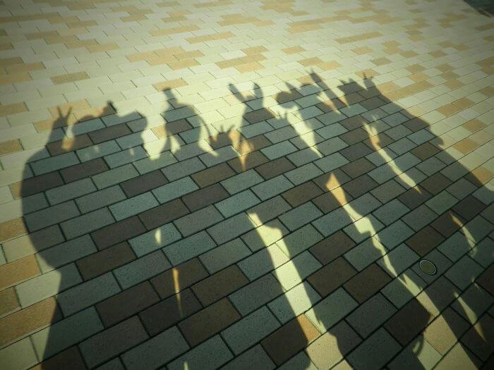 地面に映った女性達の影
