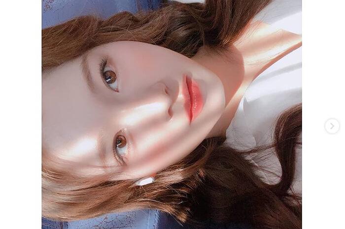 TWICE サナ、艶肌際立つ自撮りショットに反響「天使降臨」「好きが止まらない」