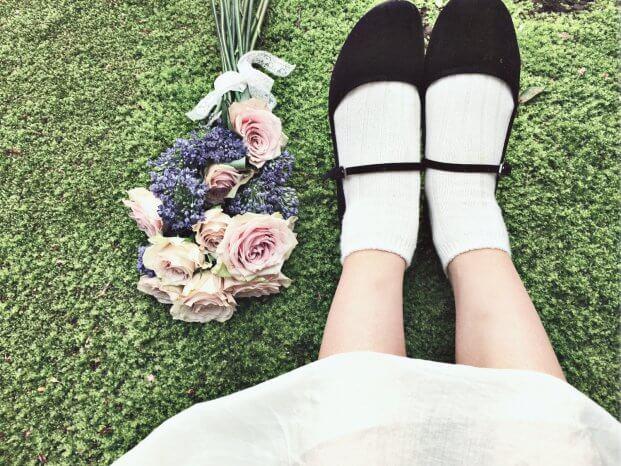 花束と女性の脚