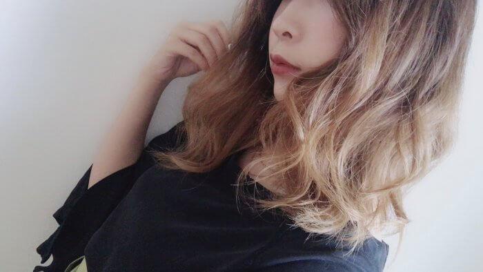 茶髪の巻き髪の女性
