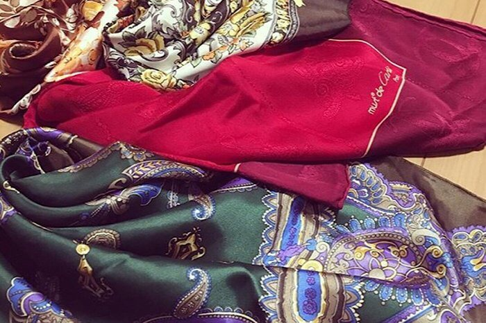 三枚の色違いのスカーフ