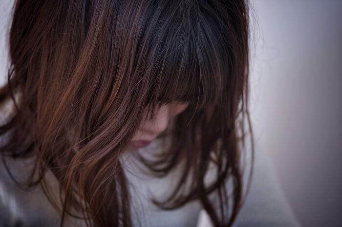 生理痛に悩んでいる女性