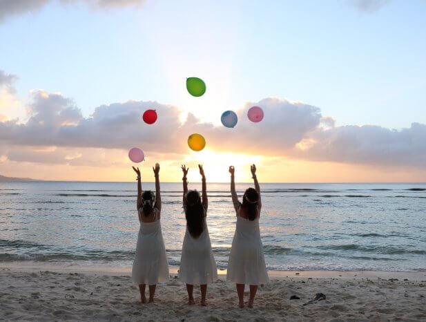 風船を投げる女性たち