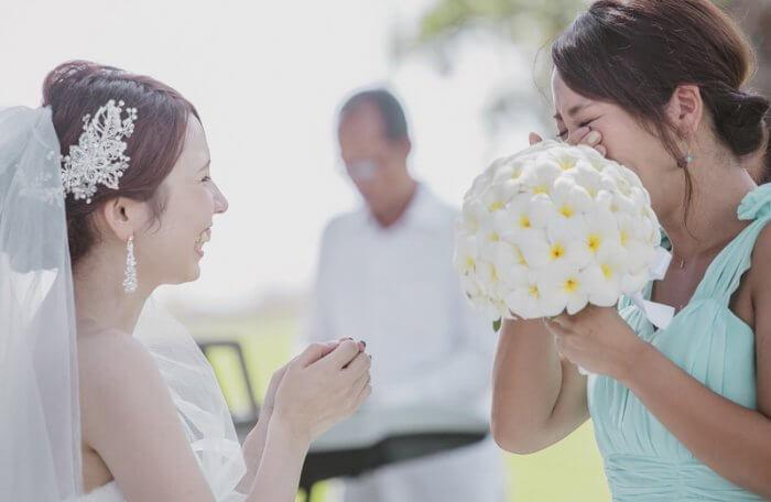 結婚式の花嫁と友人