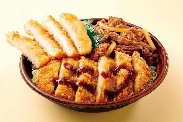 鶏豚牛3種の肉料理が1つの丼に!ボリューム満点なダブルかつ+焼肉の「肉トリプル丼」