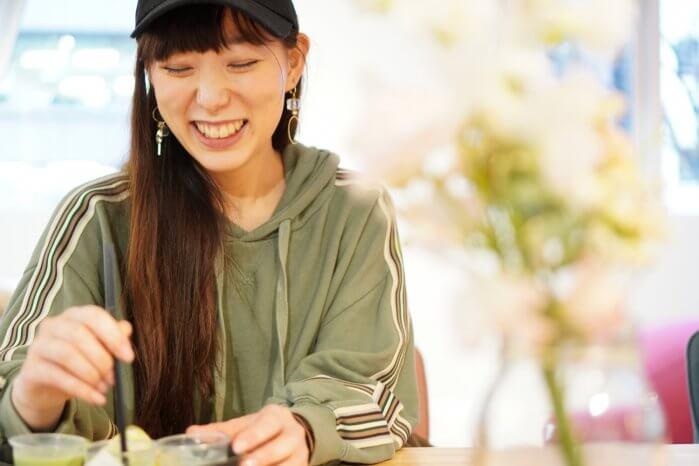 ストリートスタイルを纏う笑顔の女の子