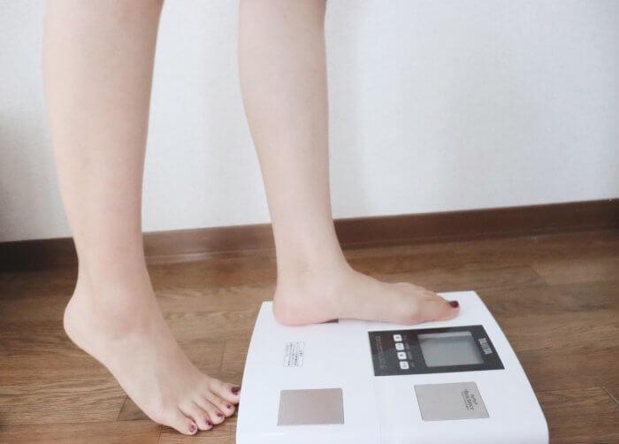 体重を測る女性の足元