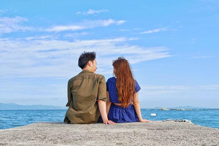 岸壁でA型男子と話す女子