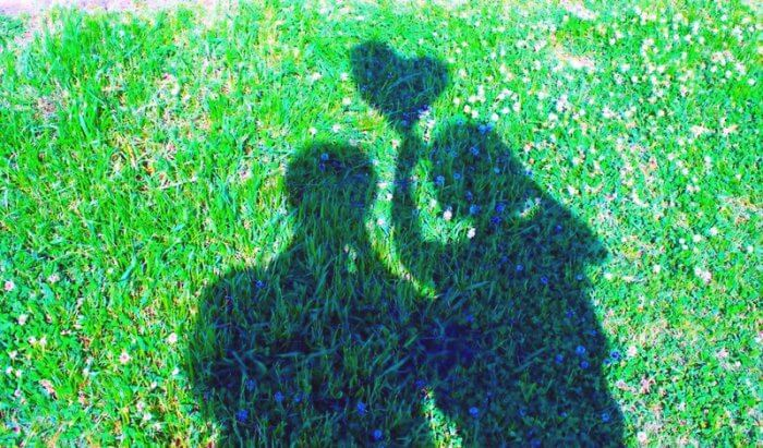 デートを楽しむカップルの影